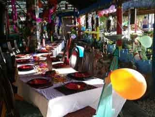 Die Tische sind bereits für die SIlvesterparty gedeckt.