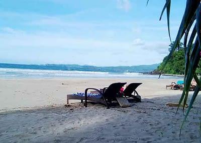 Strandleben, zwei Liegen am Traumstrand Sabang